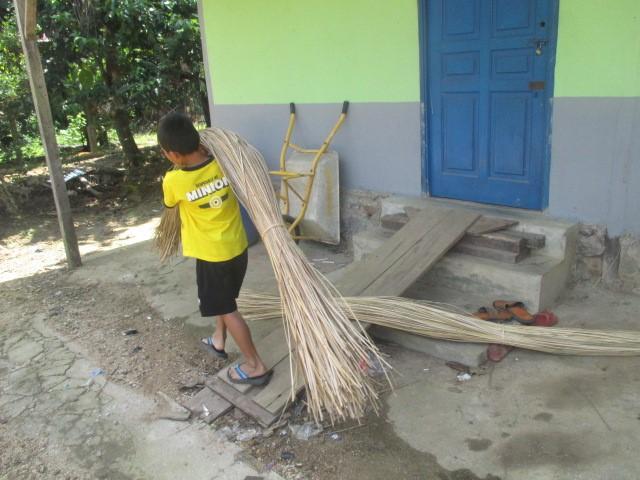 Seorang Anak Perbatasan Indonesia-Malaysia yang Bekerja di Pabrik Ekonomi Kreatif Masyarakat (Foto: Koleksi Pribadi Penulis)