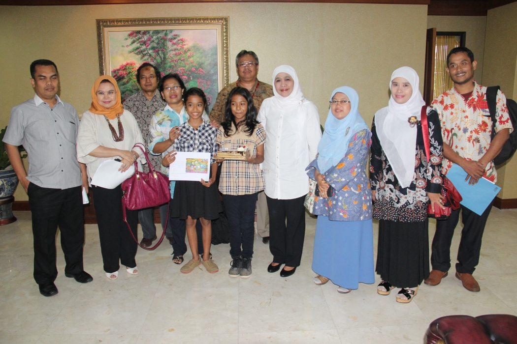 Ruth dan Fina dari LKSA SOS Childrens Village Jakarta berfoto bersama Ibu Menteri Sosial dan Tim produksi iklan kampanye pengasuhan berbasis keluarga