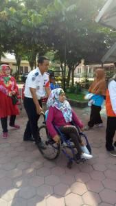 Bapak Ari Wibowo Dinas Perhubungan Kota Surakarta melepas arus balik pemudik difabel kursi roda dari BBRSBD Solo (19/6/2018)