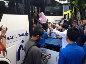 Menteri Perhubungan Bapak Budi Karya Sumadi mendampingi difabel kursi roda masuk ke Bus Akses Penyandang Disabilitas milik Dinas Perhubungan Jawa Barat
