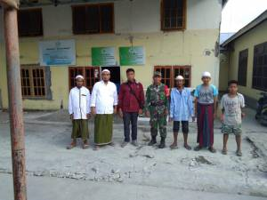 Foto bersama pasca penerimaan bantuan dari TNI ke Pos Tanggap Darurat Forum Nasional Panti Sosial Asuhan Anak